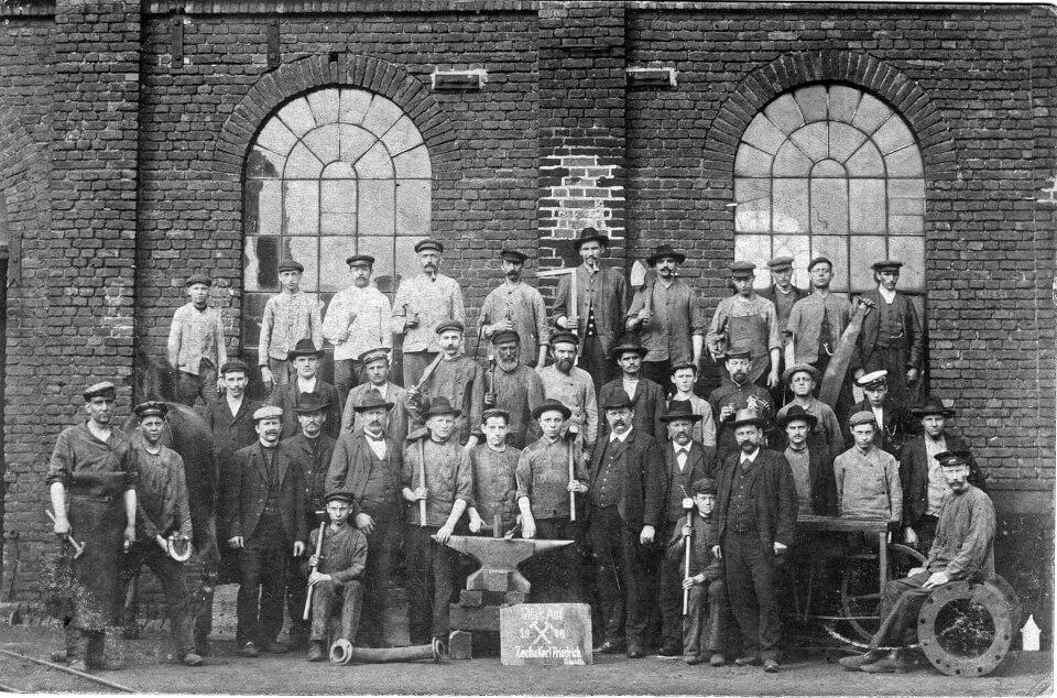 Foto: Pracownicy sektora górniczego wBochumw 1909 r.Źróło:WikimediaCommons, autor nieznany.